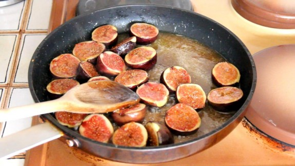 Adding the figs into the syrup
